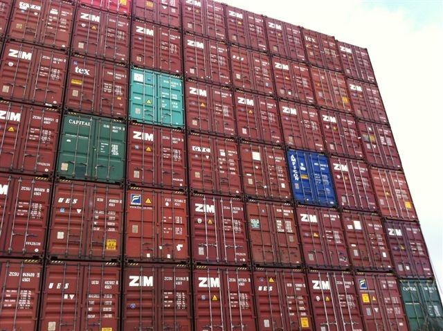PetiWohnung Container vor Fenster