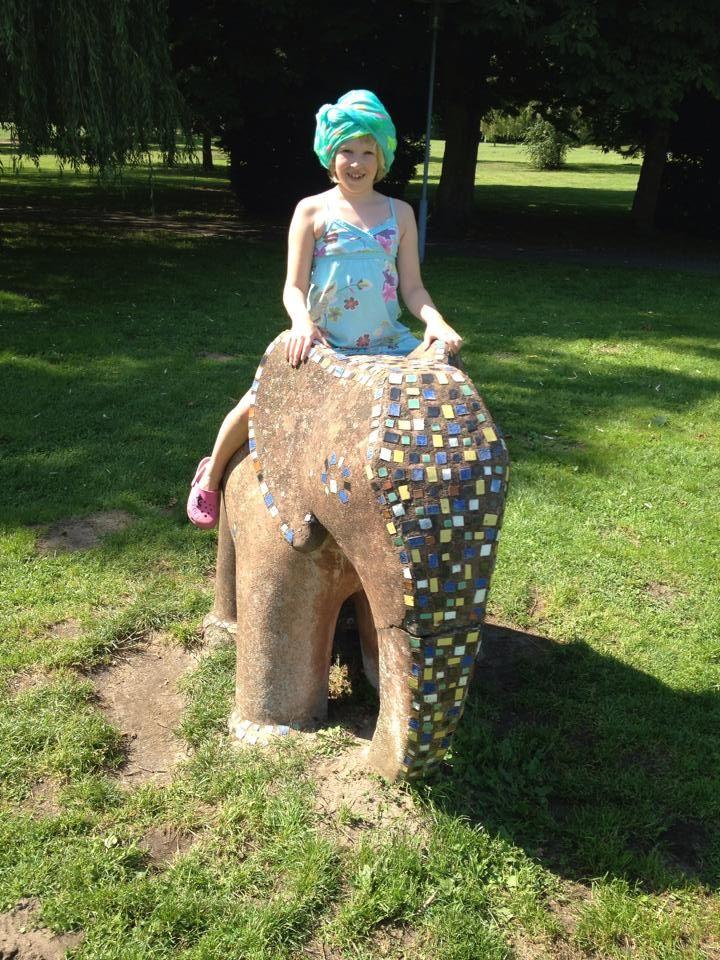 2040 Elefantenbändigerin Sina