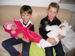 8881Ferdi und Felix mit Zwillingscousinen